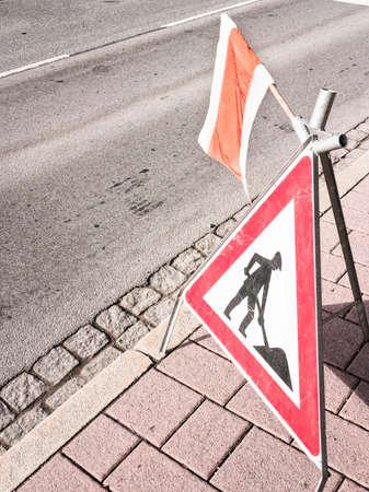 uomini al segno lavoro in un cantiere stradale Archivio Fotografico - 18408781