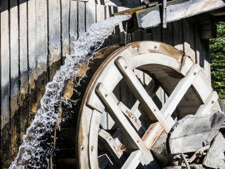 watermill: antiguo molino de agua en una granja