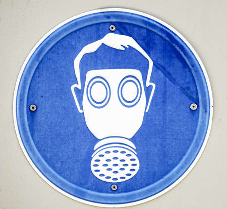 gasmask: gasmask segno di fronte al muro grigio