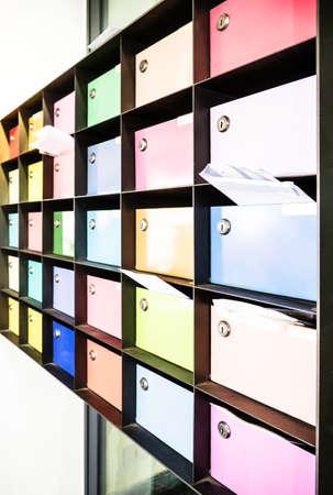 buzon de correos: cajas de colores de letras en una oficina