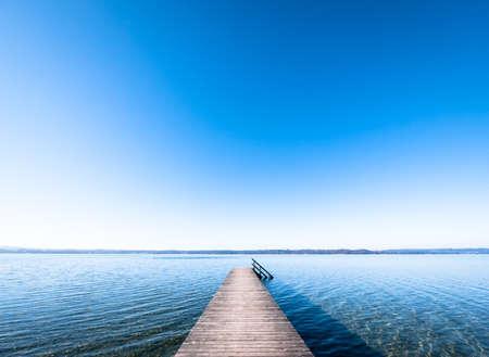 the sky clear: viejo muelle de madera en un lago