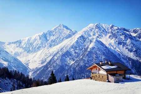 cabaña: antigua casa en los Alpes europeos en invierno