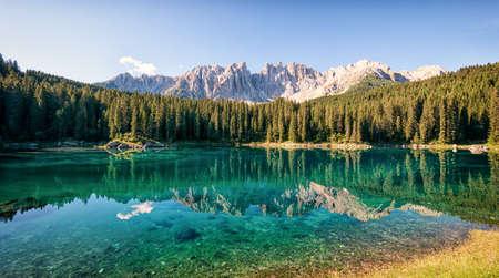 イタリアの dolomites で karerlake 写真素材
