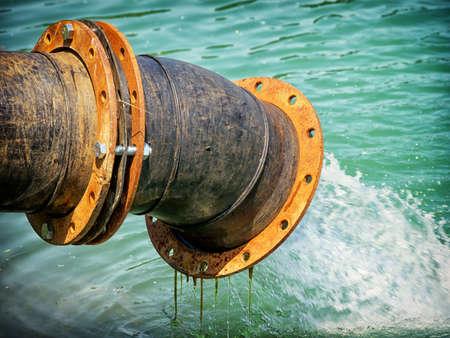 bomba de agua: bomba de agua en un r�o