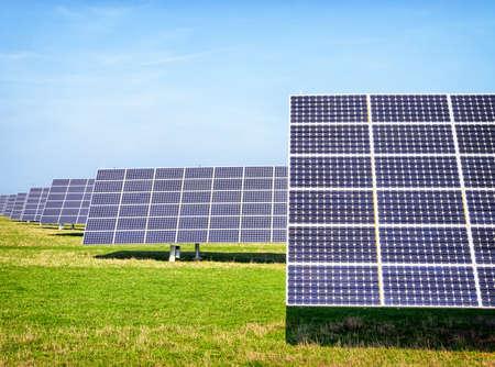 moderni Pannelli solari di fronte a cielo blu