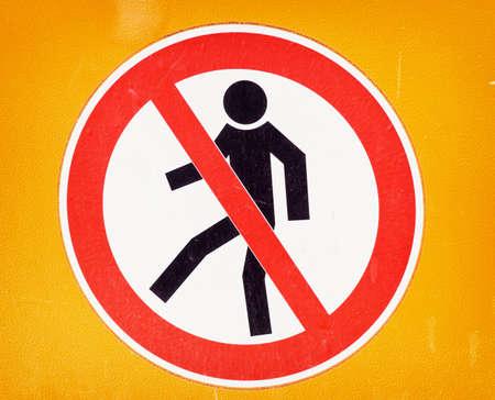 prohibido el paso: prohibido el paso firme en una barrera de seguridad