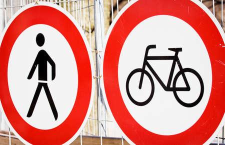 no trespassing: prohibido el paso firme en una barrera de seguridad