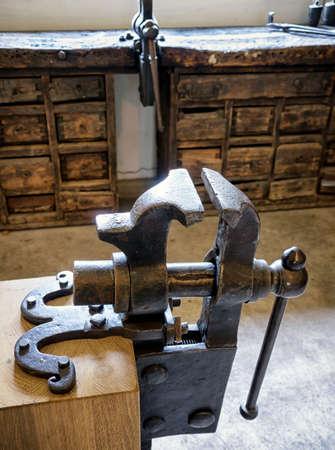 vise: antigua prensa de banco en un taller Foto de archivo