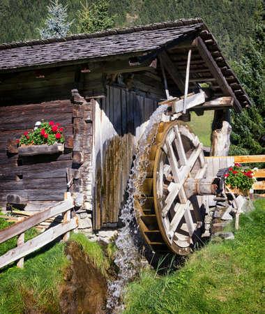 molino de agua: antiguo molino de agua en una granja