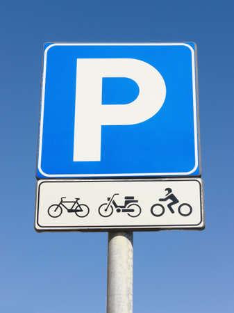 se�al parking: se�al de aparcamiento para motos en frente de cielo azul