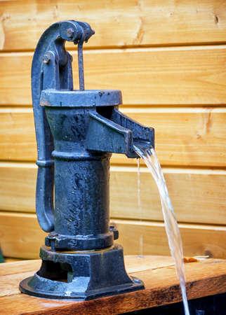bomba de agua: bien vieja en una granja