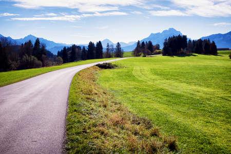 Landstraße in den europäischen Alpen