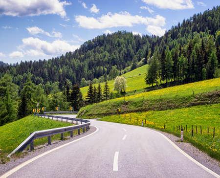 r image: la carretera nacional en las monta�as europeas Foto de archivo