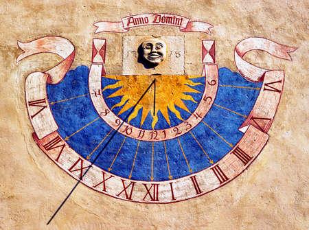 RELOJ DE SOL: reloj de sol viejo en un edificio hist�rico - 1718 Foto de archivo