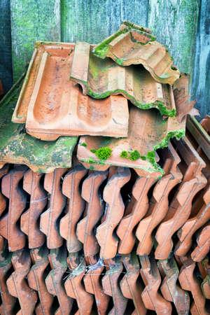 rooftile: mucchio di vecchie tegole