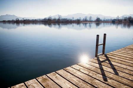 ババリアのキーム湖で古い木製の桟橋