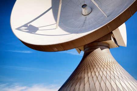 antena parabolica: plato moderno sat�lite Foto de archivo