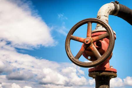 bomba de agua: vieja rueda de una bomba de agua Foto de archivo