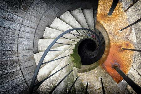 salida de emergencia: hermosa escalera de caracol en una salida de emergencia