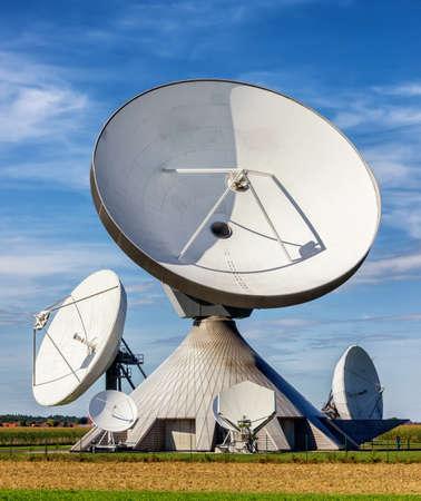 antena parabolica: grupo de modernos platos de satélite - radiotelescopios
