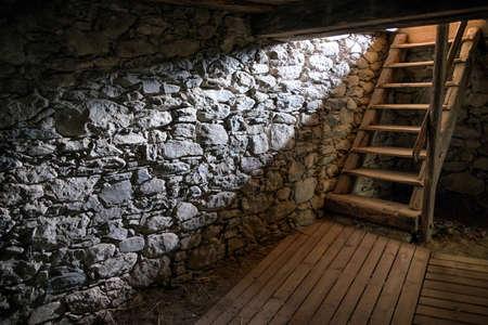 古いセラーの梯子および太陽光線 写真素材