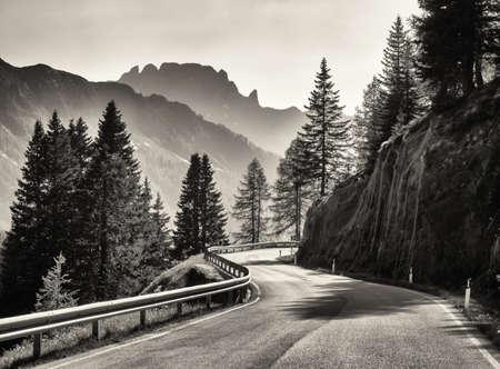 country road v evropských Alpách