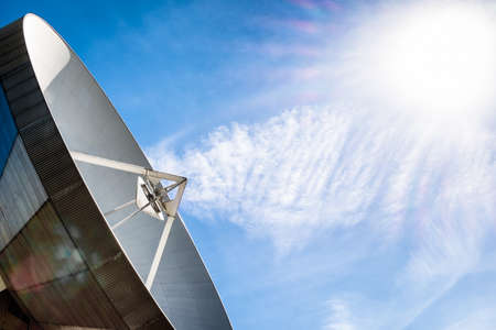 antena parabolica: moderna antena parab�lica - radiotelescopio Foto de archivo
