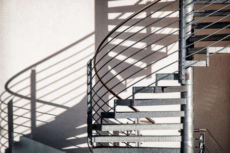 近代的な建物で、らせん階段