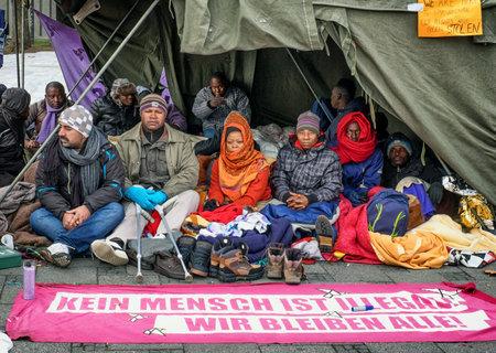 MÜNCHEN, DEUTSCHLAND - 24. November - Flüchtlinge im Hungerstreik am Sendlingertor am 24. November 2014 in München.