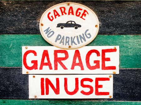 no parking: aucun signe de stationnement dans un garage