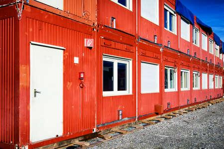 新しいモバイル ホームの赤コンテナー