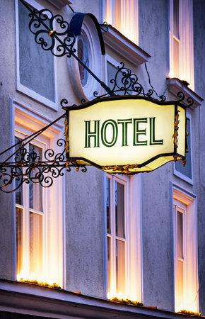 iluminated: antiguo letrero del hotel en Alemania