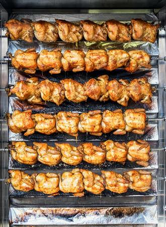 pollo rostizado: pollo a la parrilla en un mercado