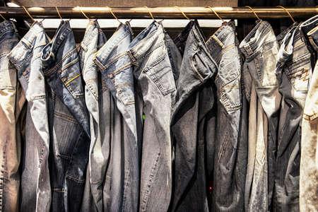 casual clothes: pantalones vaqueros en una fila Foto de archivo