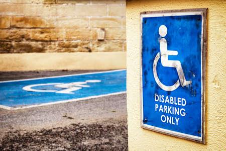 se�al parking: se�al de aparcamiento para minusv�lidos - al aire libre - foto