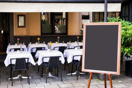 レストラン - テキストのためのスペースで素敵な背景で空ブラック ボード (メニュー ボード)