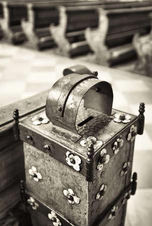 cobrar: antigua caja de recogida en una iglesia
