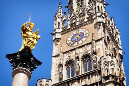 virgen maria: famoso ayuntamiento Munich en la Marienplatz - Alemania - Baviera