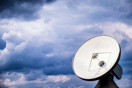 satellite dish: moderna antena parabólica - radiotelescopio Foto de archivo