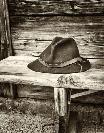 sombrero: sombrero t�pico b�varo en un banco