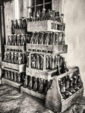 나무 상자에 오래 된 병 스톡 콘텐츠
