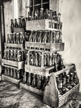 may�sculas: viejas botellas en cajas de madera Foto de archivo