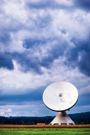 antena parabolica: moderna antena parabólica - radiotelescopio Foto de archivo