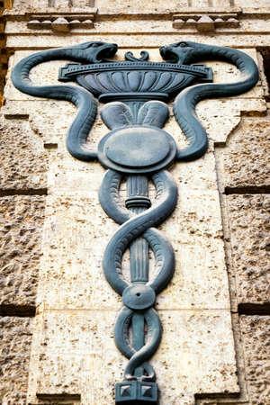 esculapio: antiguo personal de Esculapio - caduceo en un edificio hist�rico