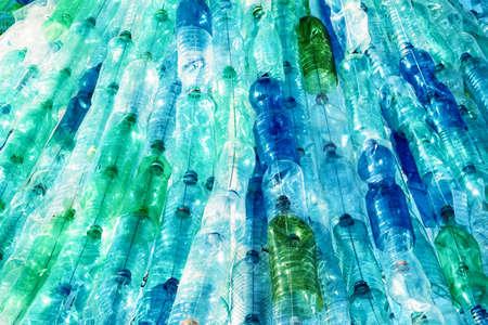 botella: gran grupo de botellas de plástico vacías Foto de archivo