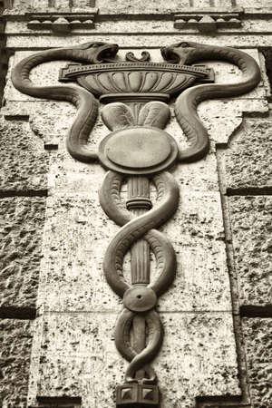 aesculapius: antiguo personal de Esculapio - caduceo en un edificio histórico