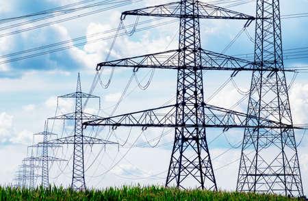 torres el�ctricas: torres de energ�a en frente de cielo azul Foto de archivo