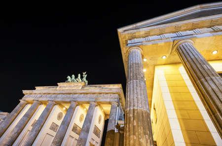 brandenburger tor: famous brandenburger tor in berlin at night