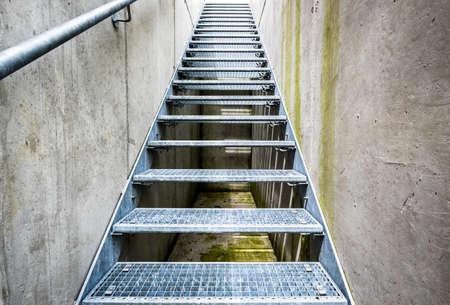 salida de emergencia: escalera moderna en una salida de emergencia
