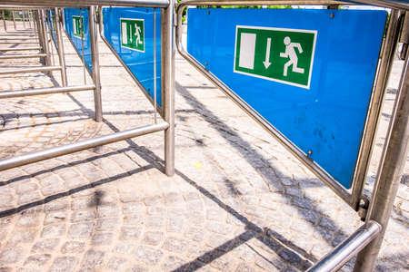 salida de emergencia: puertas de salida de emergencia con la muestra